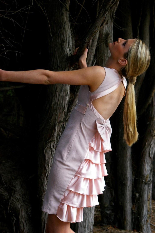 لباس کلاسیک با کمان بزرگ و سرگرم کننده ruffled پشت جزئیات