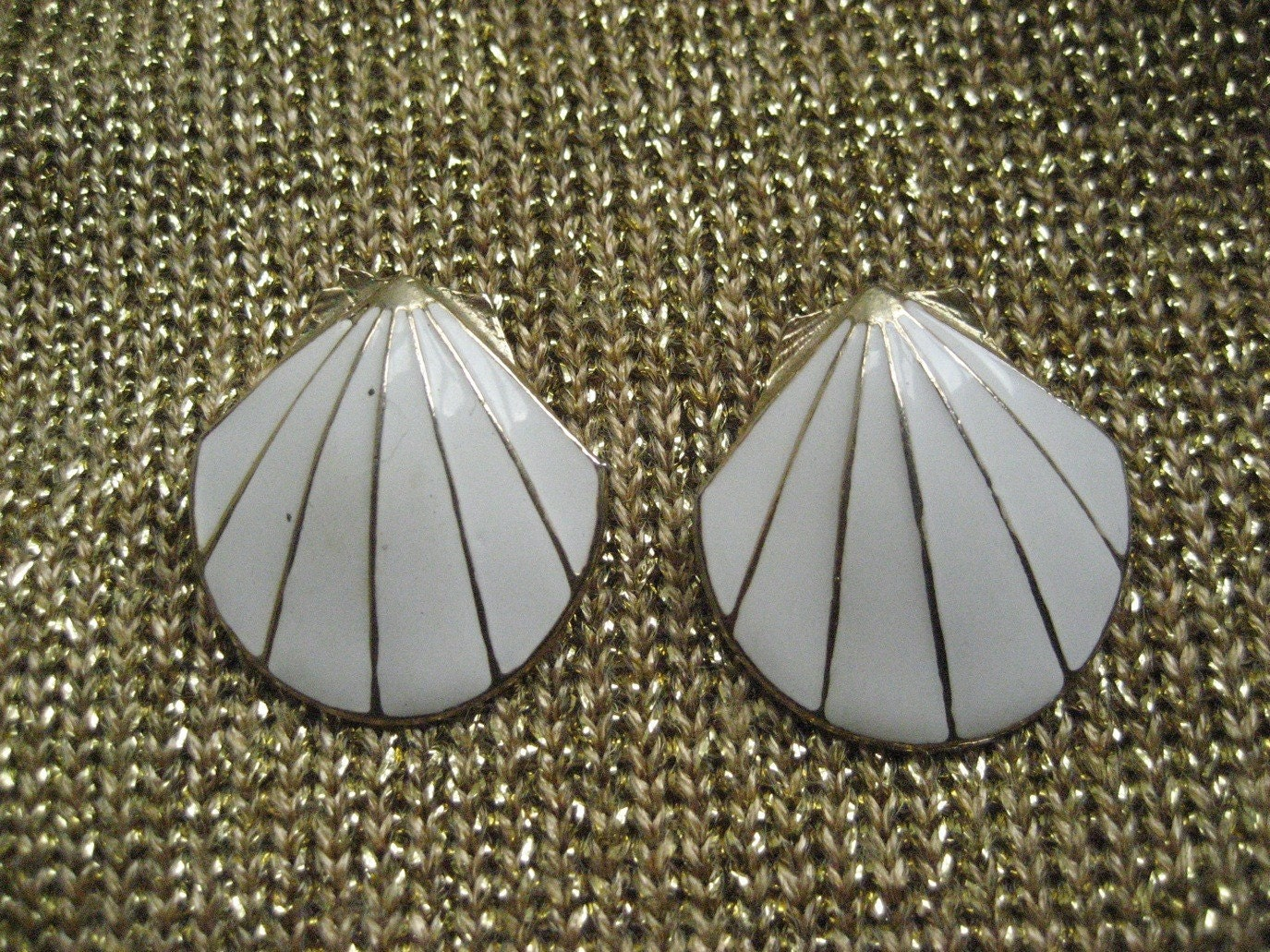 80's White and Gold Gorgeous Clam Shell earings