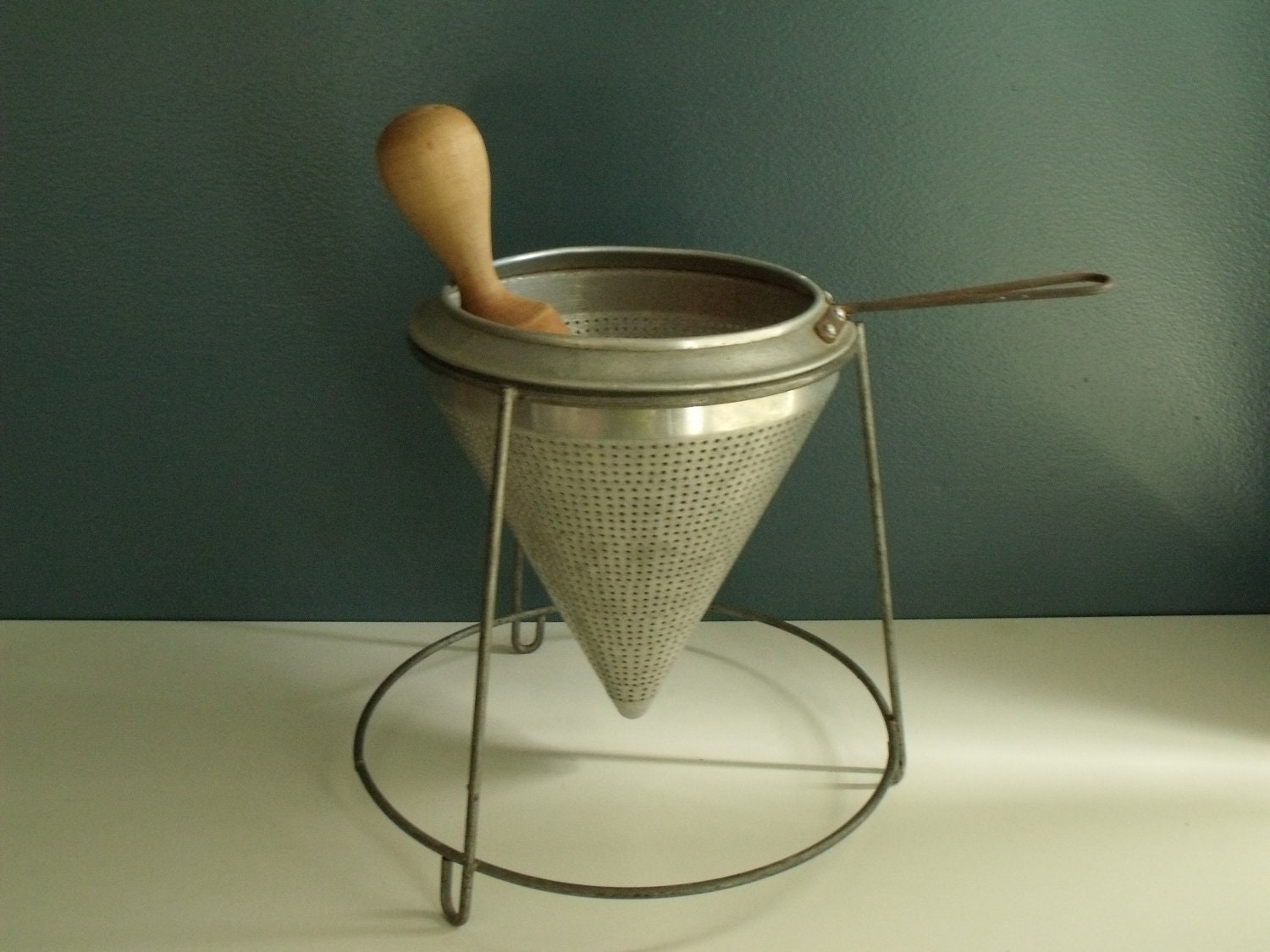 Vintage aluminum sieve strainer w stand and pestle by ktsattic for Stand modulaire aluminium
