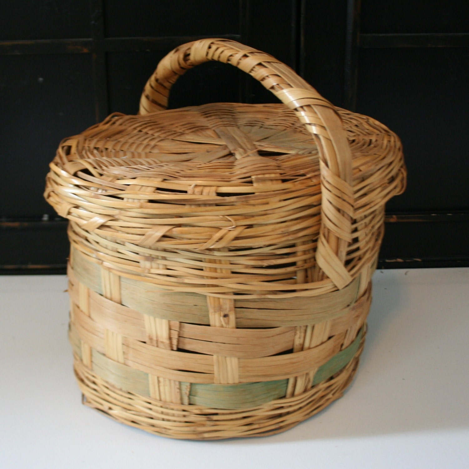 items similar to vintage large woven wicker basket with lid on etsy. Black Bedroom Furniture Sets. Home Design Ideas