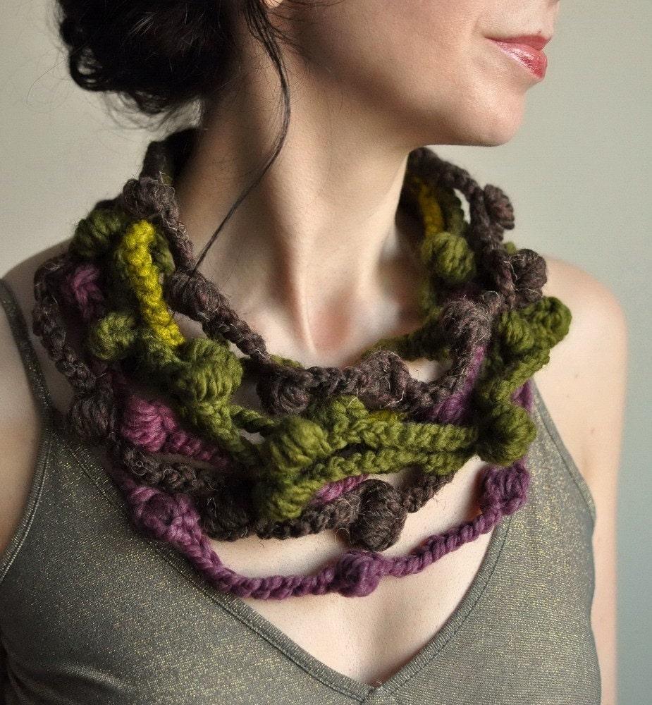 We Can Get Wild - OOAK произвольной формы крючком волокно ожерелье в коричневый, оливковый, фиолетовый, лимонник оттенков - экологический стиль