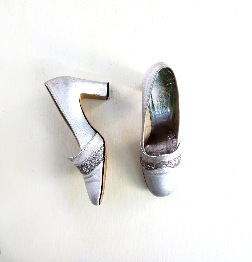 Vintage Silver Pumps / 60s Mod Shoes / 1960s Shoes / Silver Glitter Heels / Size 7.5 - SmallEarthVintage