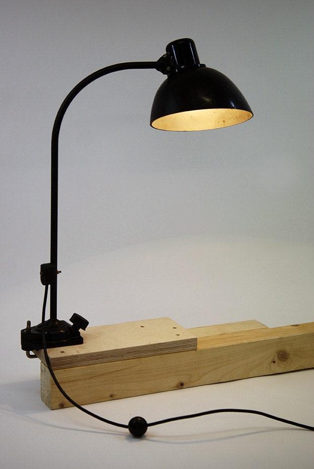 """Lampe  industrielle vintage à fixer  en métal et bakelite,  :""""Black swan""""."""
