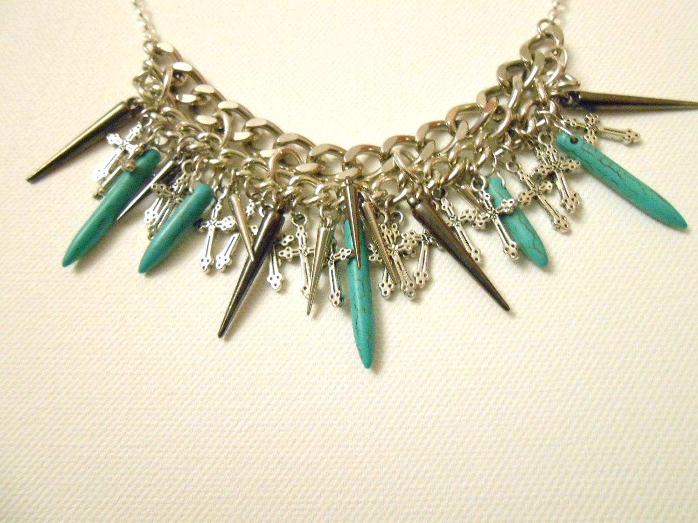 Collier plastron avec chaîne plaquée argent et pointes acryliques argentées et pointes de turquoise et breloques croix / Livraison gratuite