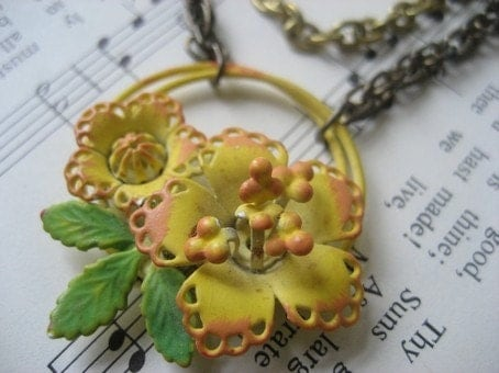 Jaune panier (vintage yellow basket with flowers, double vintage brass chains)