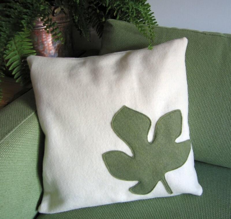 Фиг Лиф ручной работы подушку / подушки в переработанных экологически чувствовал: Sage зеленый аппликация на белом