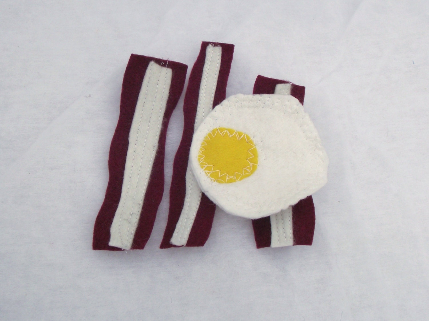 Felt Bacon & Eggs food set for Children to play with.  Kids love to play with this set.