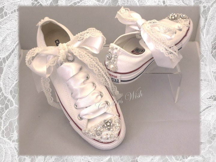 White Vintage lace ConverseWedding converse  bridesmaid converse  Vintage converse  lace converse  delicate  Romantic brooches