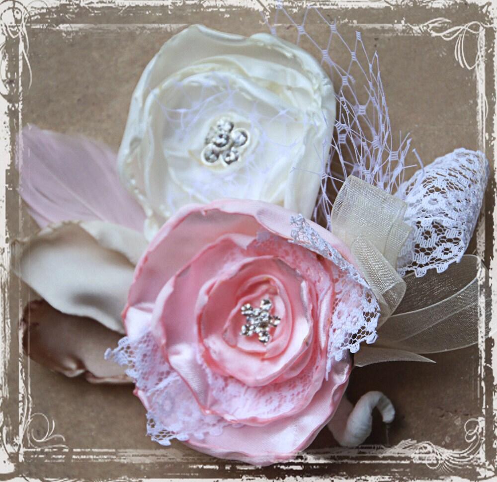 Shelby Corsage - латте, сливки, слоновая кость, розовый, атлас, кружево, горный хрусталь - мама невесты, мать жениха, свадьба, ткань цветов