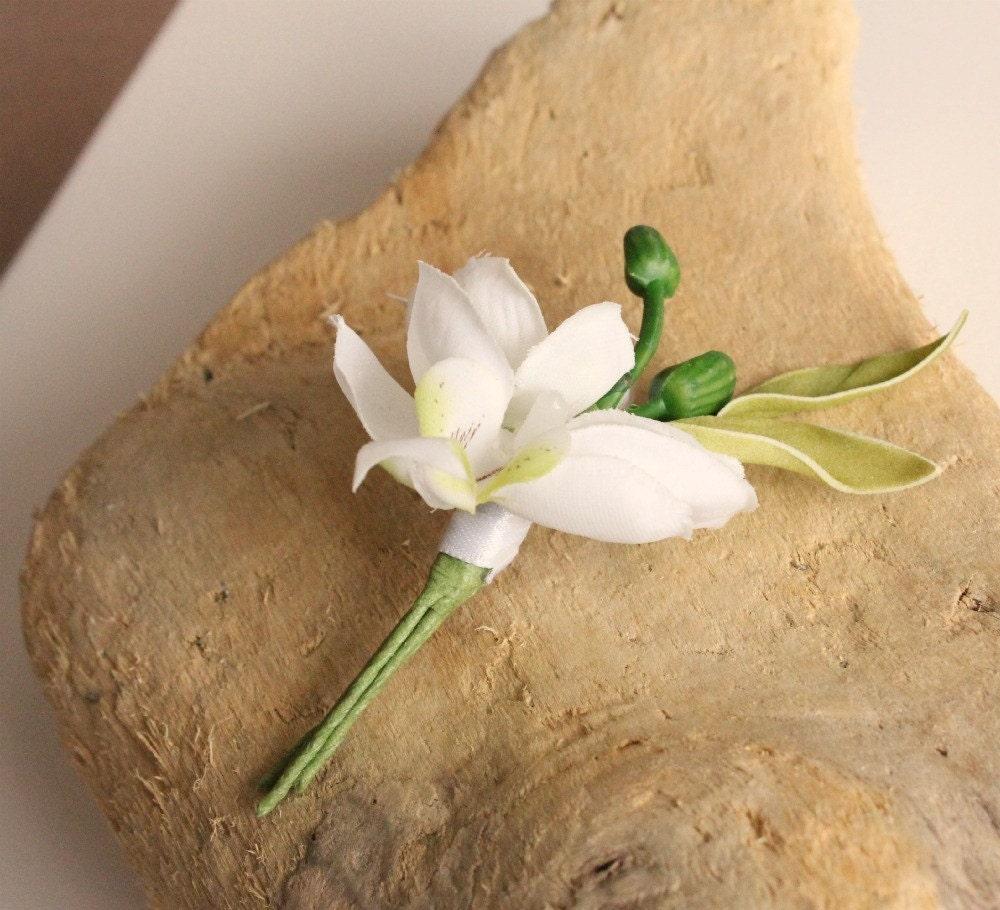 Белая орхидея бутоньерка