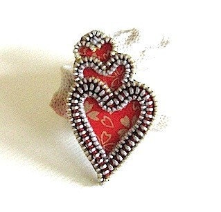Echoing heart zipper brooch