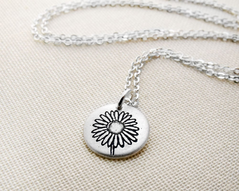 Tiny daisy necklace - silver flower