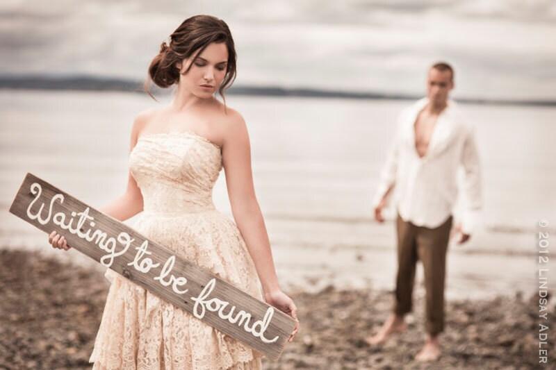 Foto Engagement Wedding Prop signos pintados a mano esperando a ser encontrado Boda Fotos Mensaje en una botella de disparar