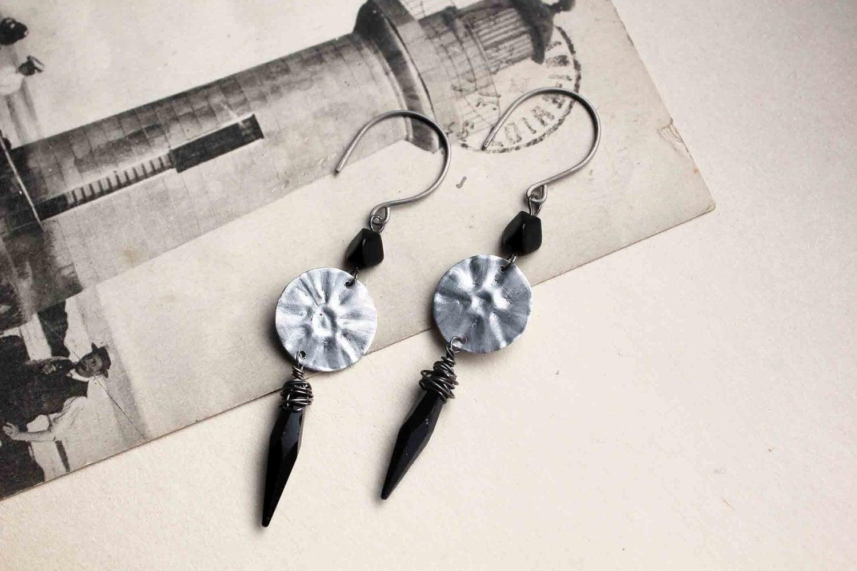 Boucles d'oreille Solaris - métal plié - perles anciennes en verre noir