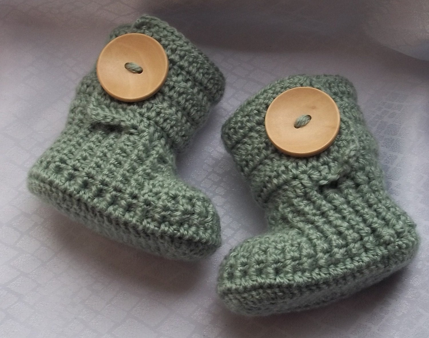 Crochet baby booties for 0-3 M, 3 - 6 M,6-9 M with large wooden buttons,choose your color and size