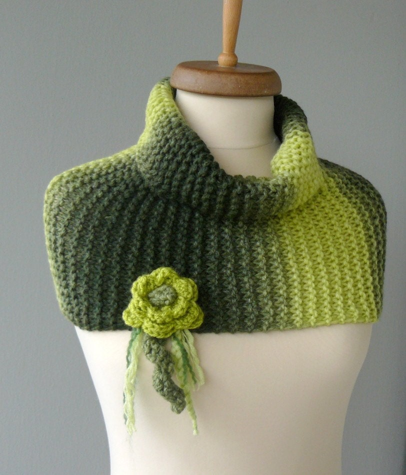 GREEN SPOTTY BIG WARM MERINO COWL WITH FLOWER BROOCH - NECKWARMER