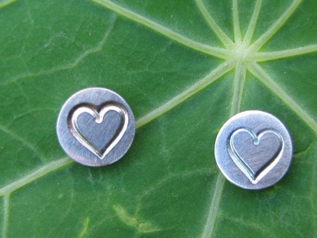 Disc shapes stud earrings with heart stamping