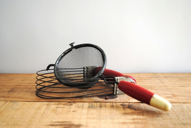 10 Dollar SALE Vintage Set of Kitchen Tools - Strainer and Cutter - labiblioteca