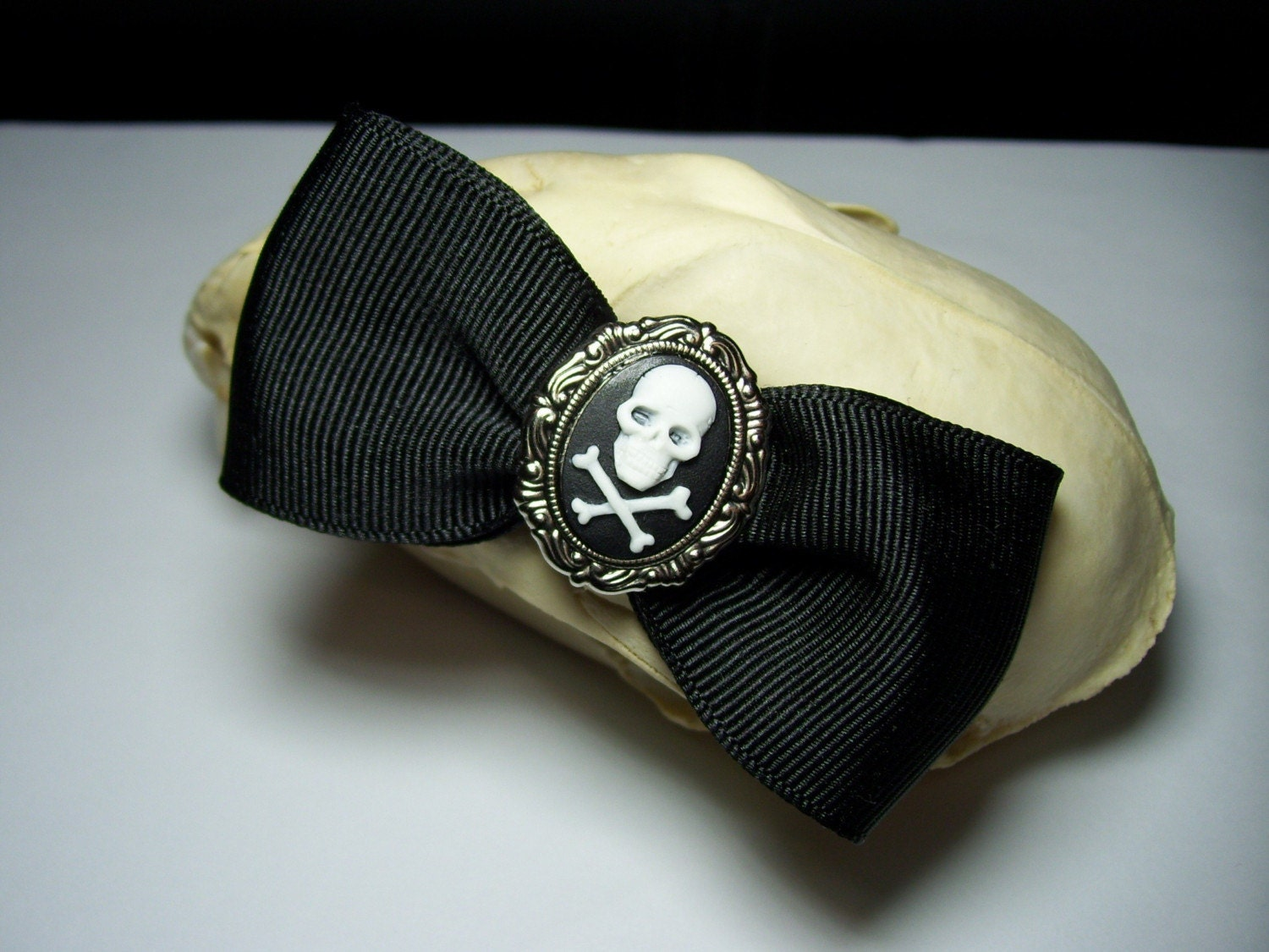 Adorable Antique Silver Black and White  Skull Cross Bones Cameo Gothic Lolita Steampunk Hair Bow Barrette Pin Clip