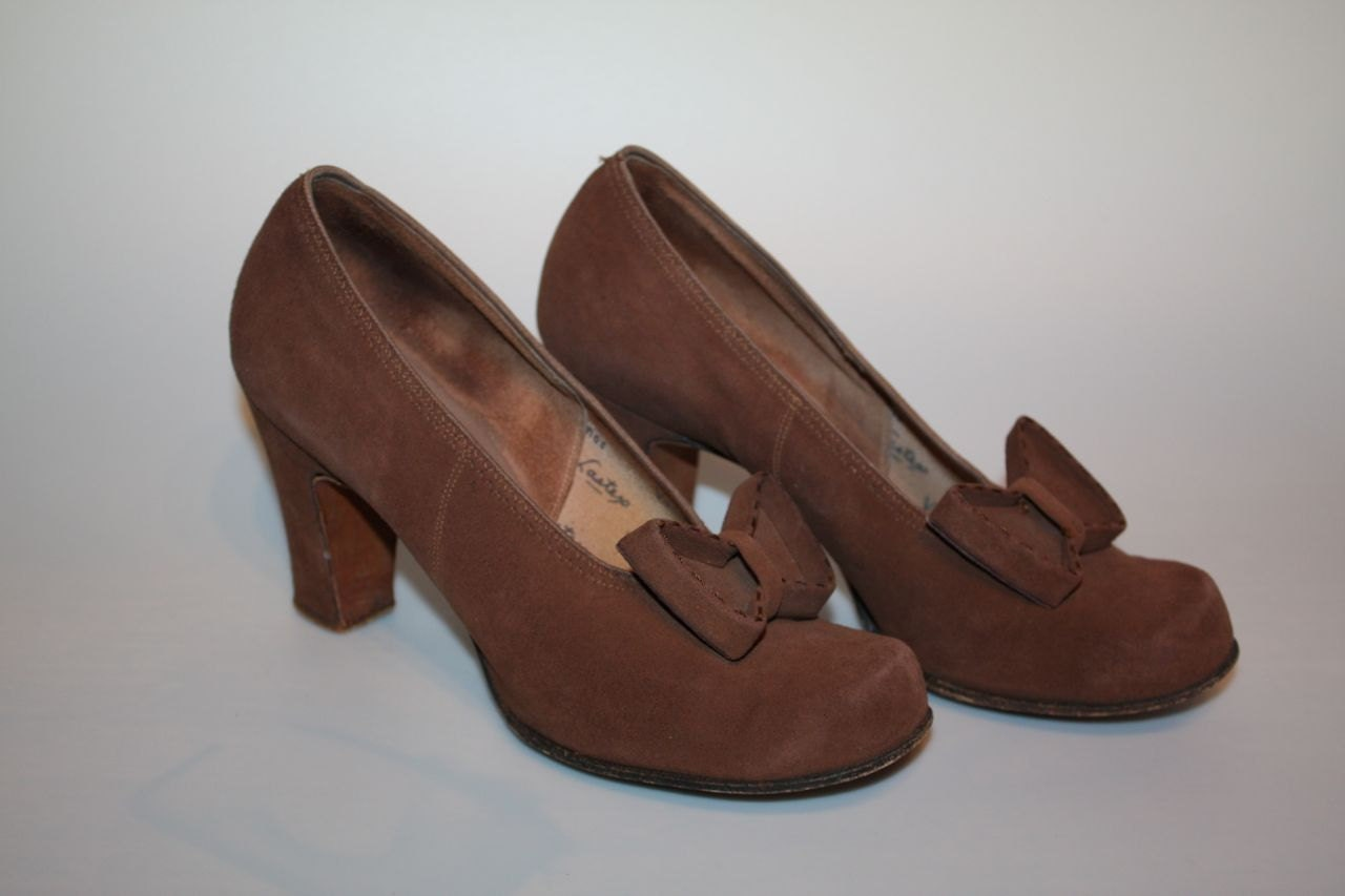Chocolate Bows - WWII 1940s Milk Chocolate Nubuck Suede Pin Up Pumps w/Inverted Bows -