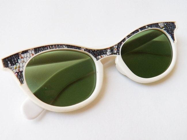 Vintage 1950s 60s Foster Grant white cateye sunglasses