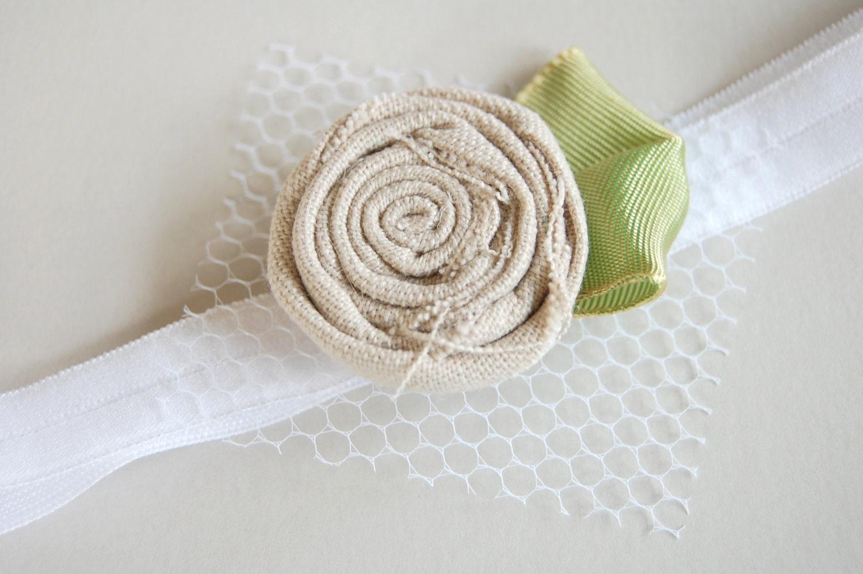 Необычные Рози - Сливочный белье цвета проката Цветок Ткань с зеленой ленты и белой сетки Accent