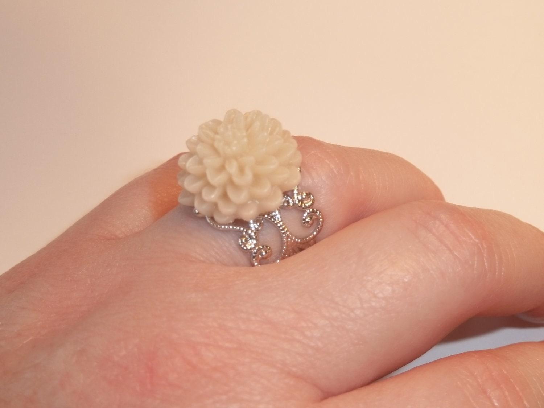 Pretty Cream Chrysanthemum Ring