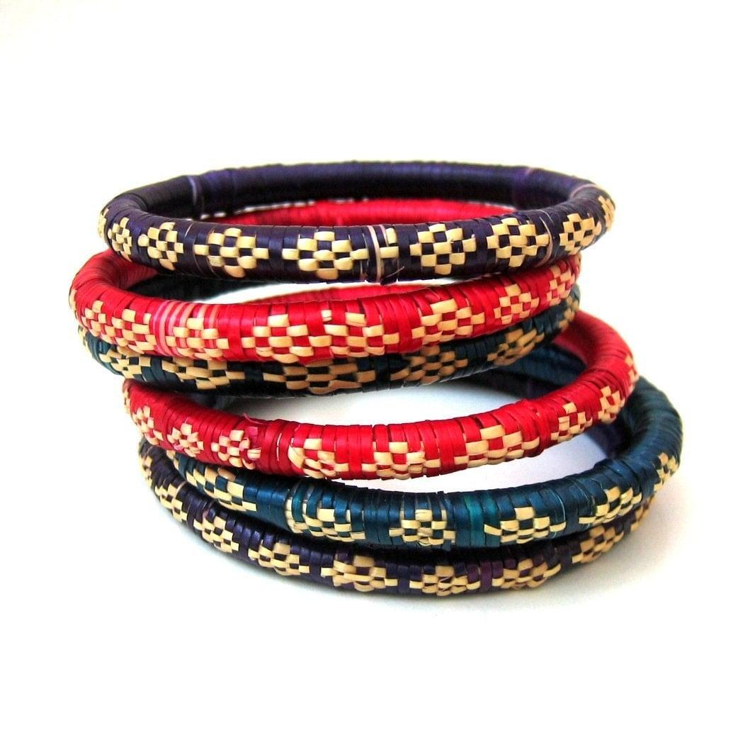 Một bộ xếp chồng lên nhau trong sáu cọ sợi dệt vòng đeo màu đỏ, xanh dương và tím