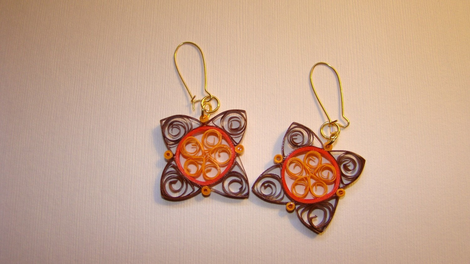 Adorable paper quilled earrings by Rocio Toscano. Filigree