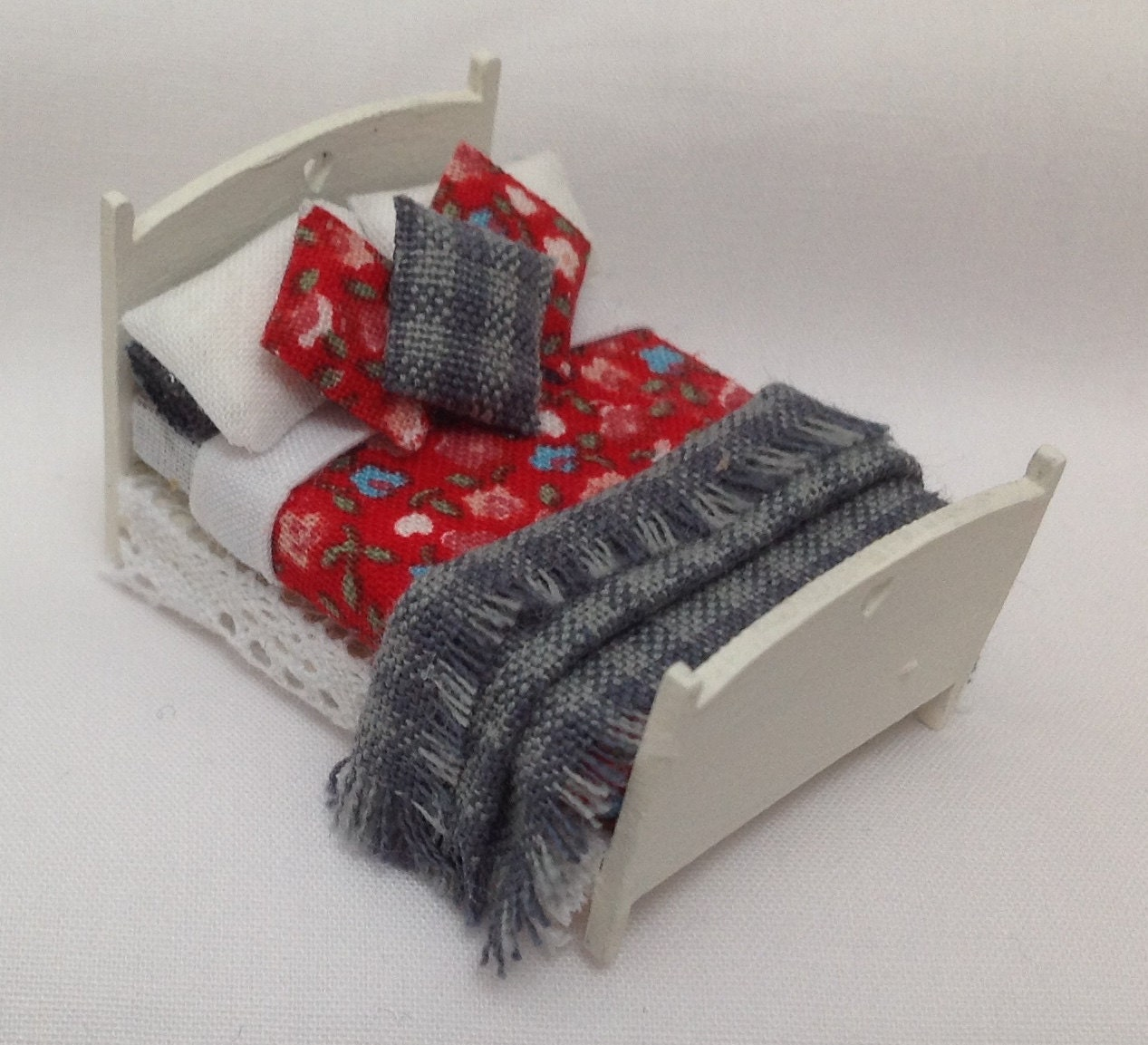 Dolls House Miniatures  Hand Painted Pretty Red and Blue Bed (148th 148  Quarter Scale )