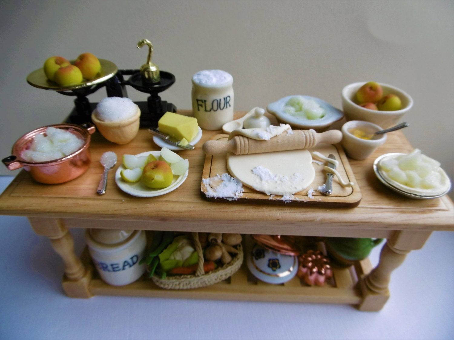 Splendid 12th scale  apple pie making table for miniature collectors