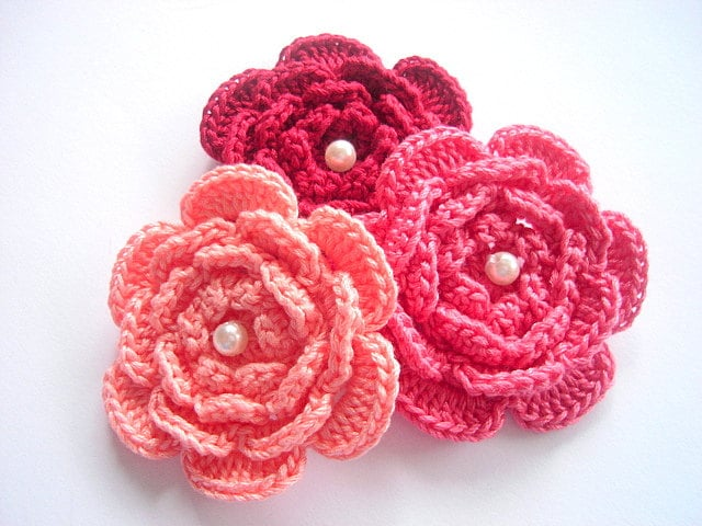 Applique, 3 hand crochet flowers with a white faux pearl , 100% cotton quality yarn, white, embellishment - swisscharme
