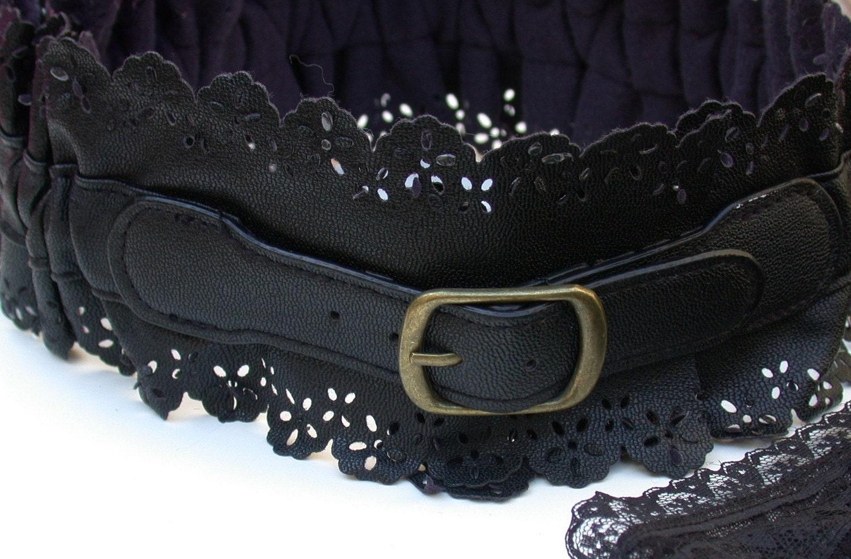 A Vintage Lace Style Streche Black leatherette Belt