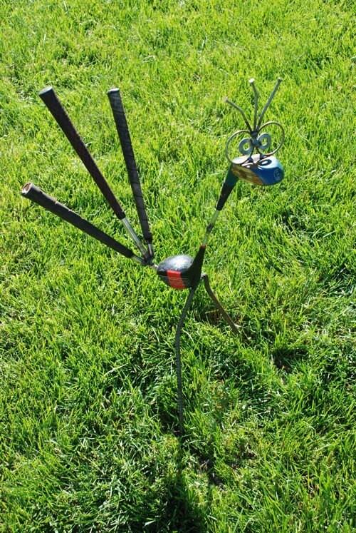 enfeites para jardim reciclados:Golf Club Yard Art Bird
