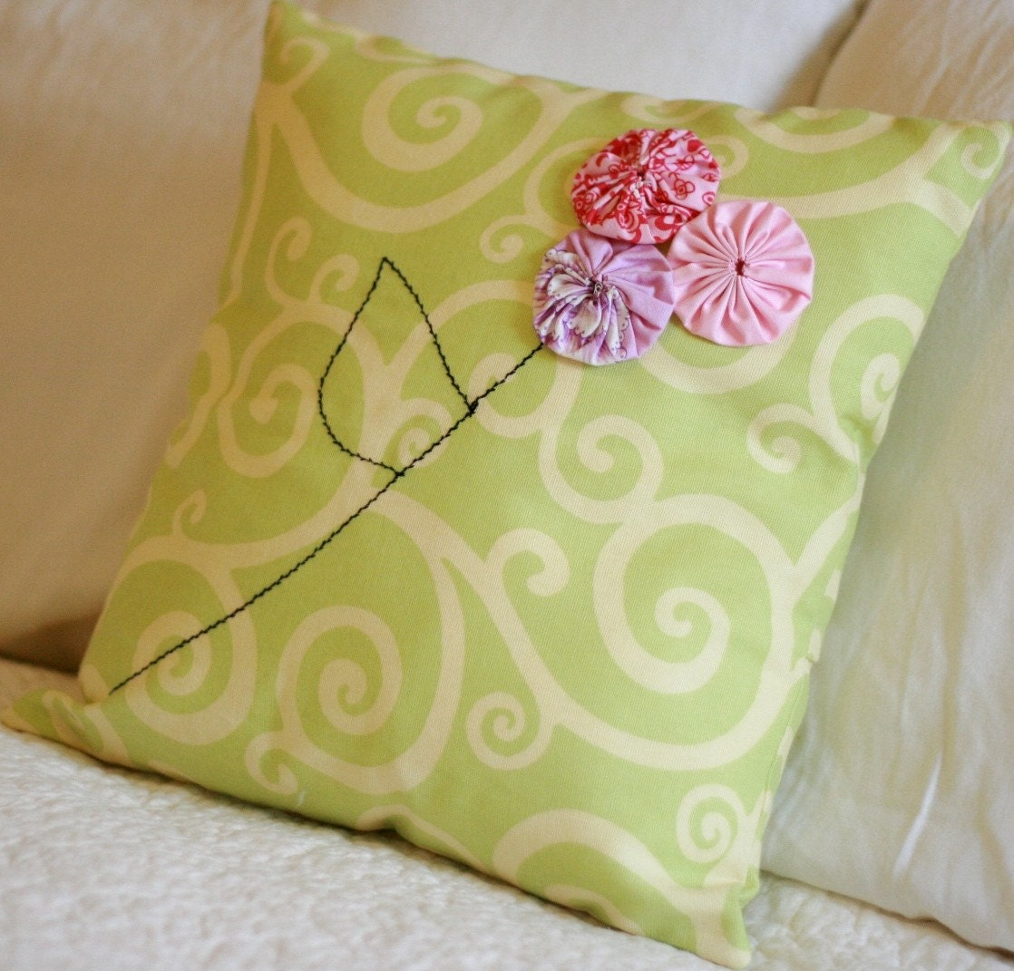 Vintage YoYo Flower Pillow Cover by CreekBedThreads