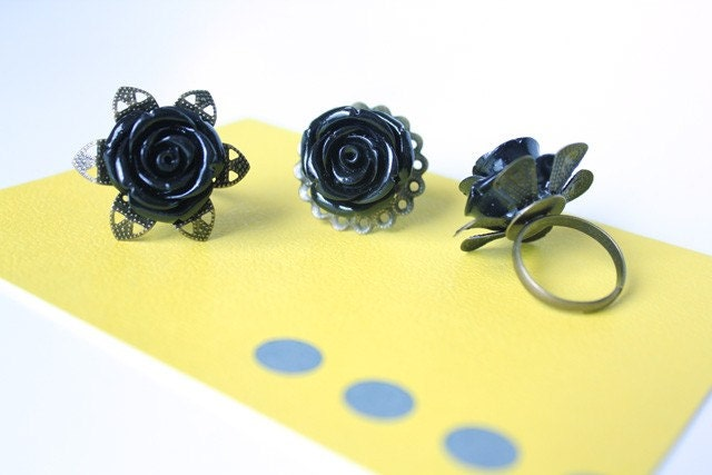 Scalloped Rose Ring - Black