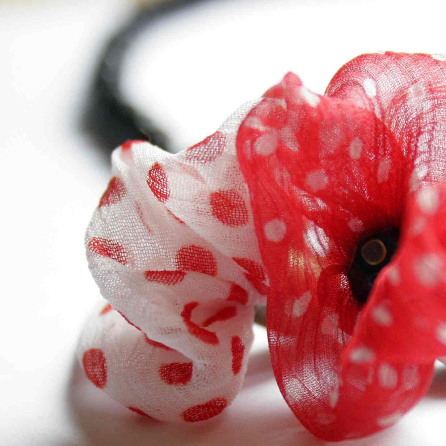 Poppy Girl - poppy flower necklace made of silk and faceted glass beads