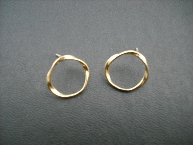 twisted circle stud earrings - matte 16K gold plated