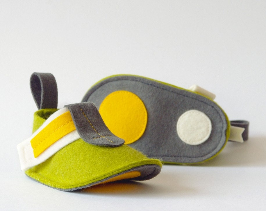 Baby booties Green Pop Finland - pure wool felt baby shoes in green, yellow & gray with 2 dots