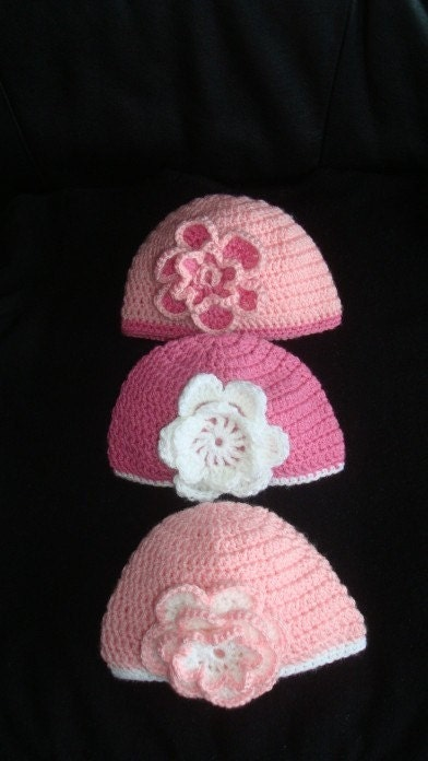 Pale pink beanie with adorable crocheted flower. Sizes from 0 to 12 month.