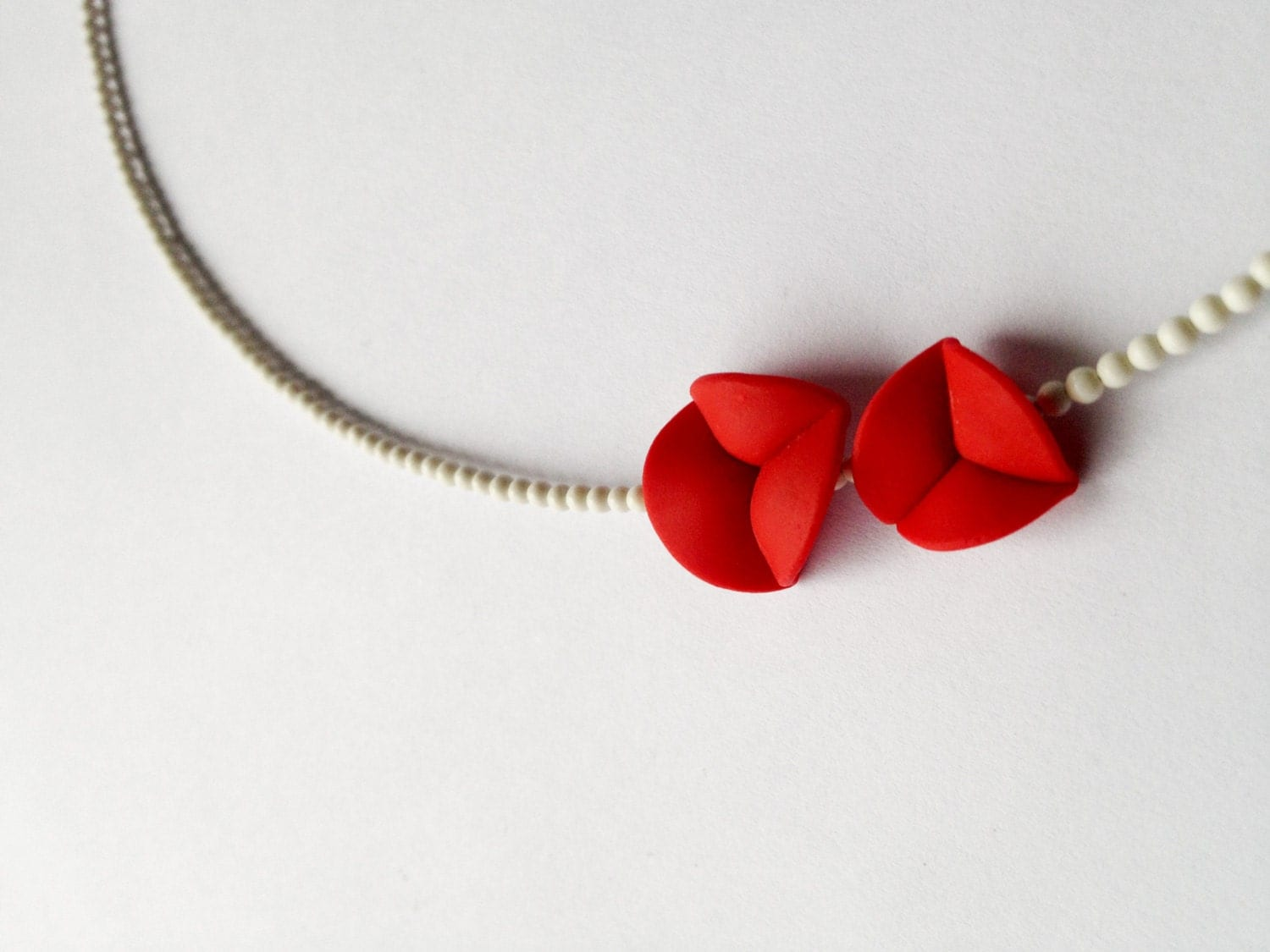 minimal chic necklace 'nO 27 red flower petals between white corals''