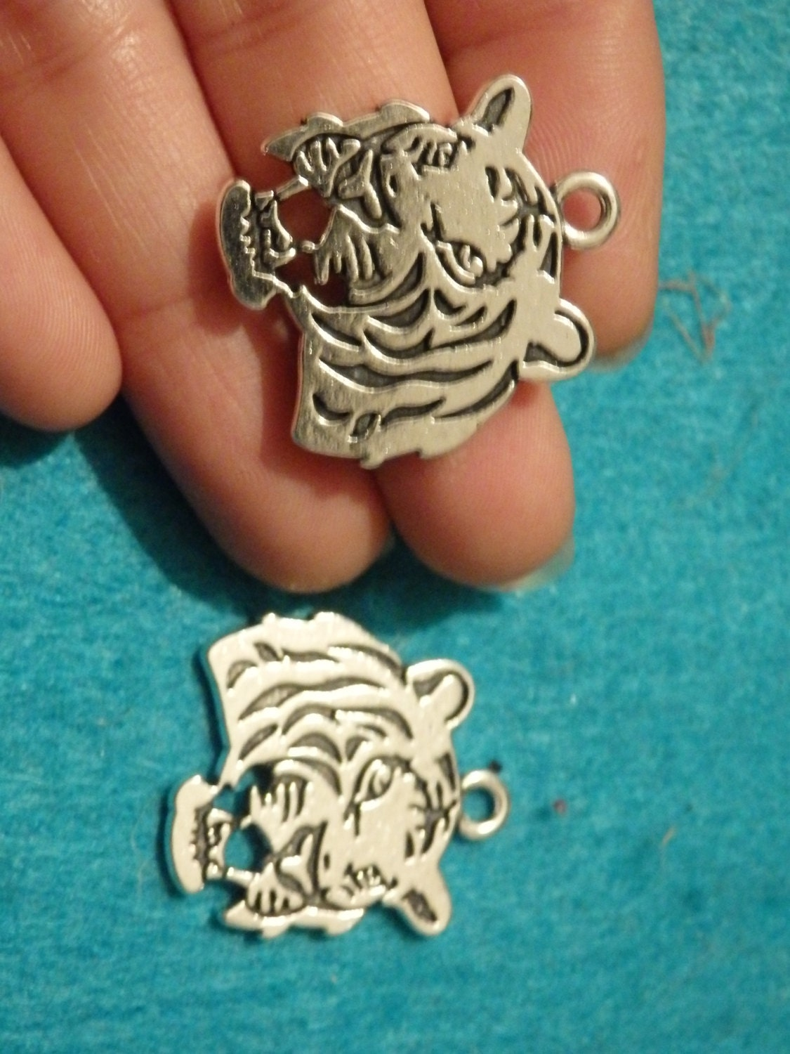 10 tiger head charms pendants antique silver jewellery making wholesale UK vintage