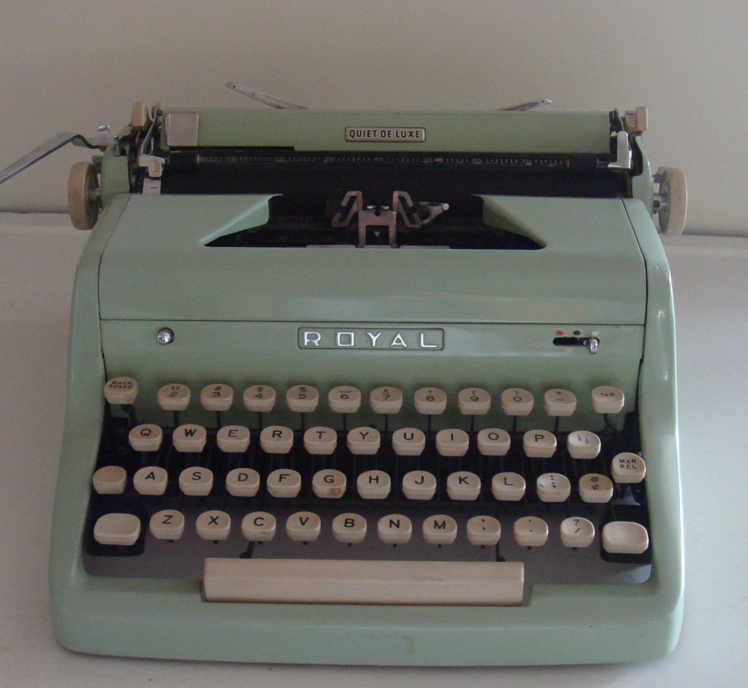 RARE 1950s GREEN ROYAL QUIET DE LUXE TYPEWRITER