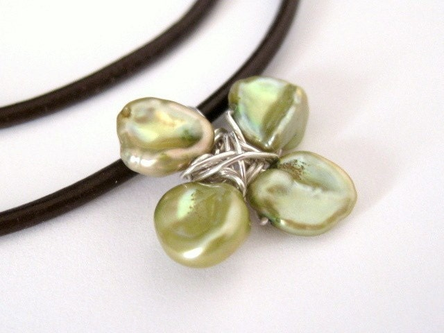 4 leaf clover green pearl necklace by Mu-Yin Jewelry, LLC, www.muyinmolly.etsy.com