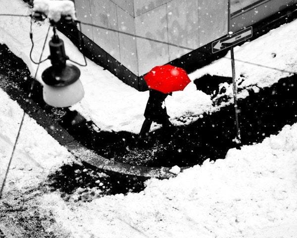 la donna dall'ombrello rosso