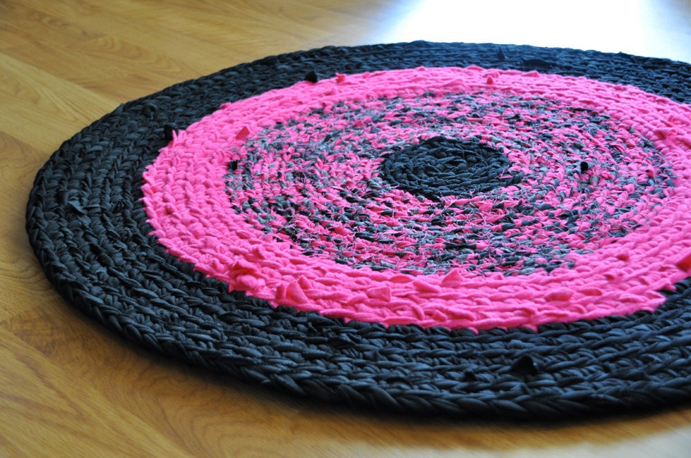 rug by ekra neon pink and black round crochet upcycled by ekra. Black Bedroom Furniture Sets. Home Design Ideas
