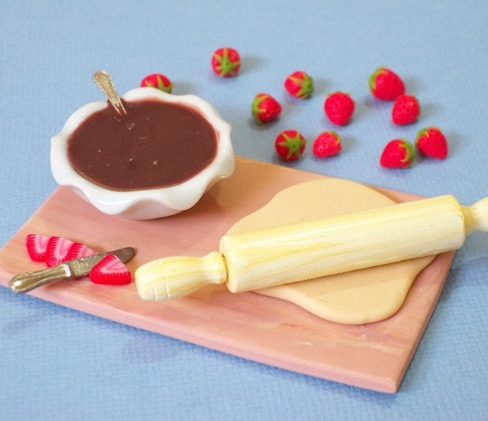 Chocolate and strawberries Cake - Miniature preparation Board 1/12  Scale