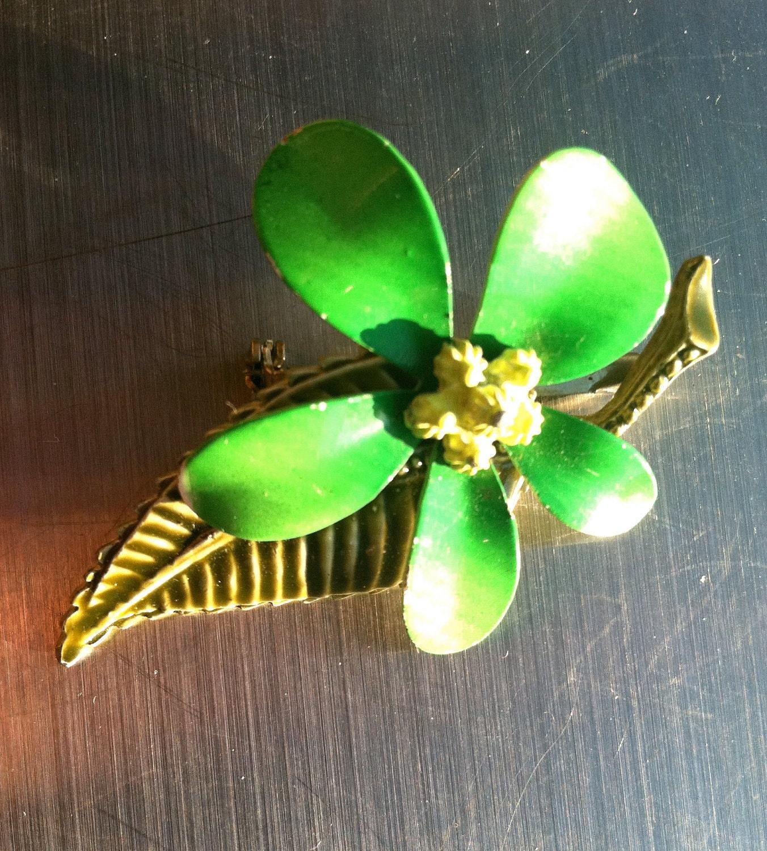 Kelly GREEN floral pin enamel flower brooch figural Vintage Jewelry artedellamoda - artedellamoda