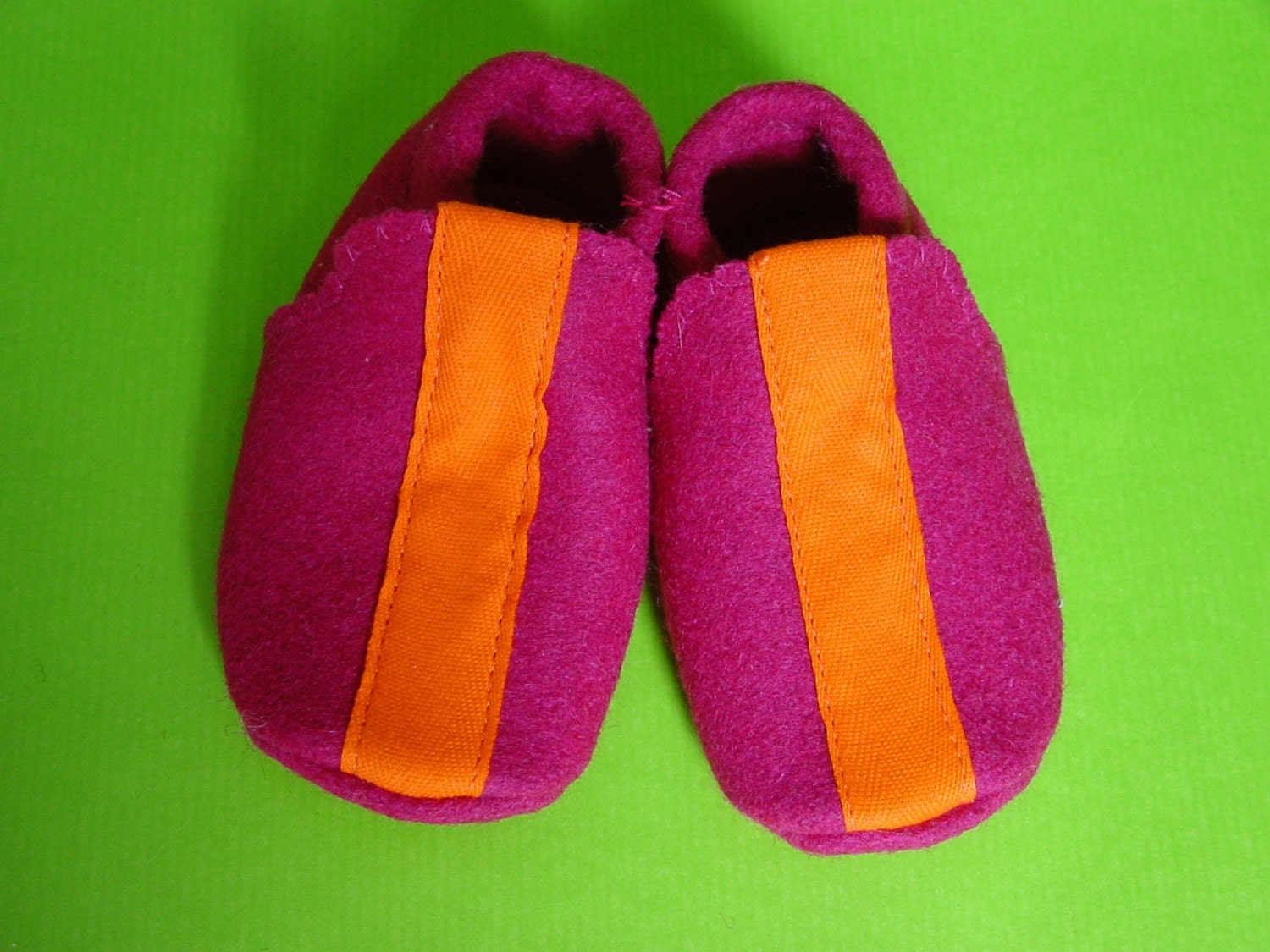 kinchi baby shoes. deep pink wool
