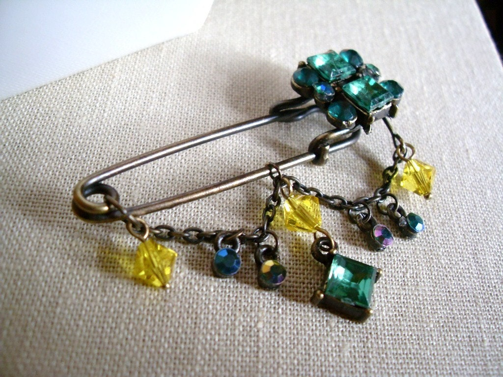 Antiqued Brass Dangle Kilt Pin Hijab Pin in the shade of Green and Yellow